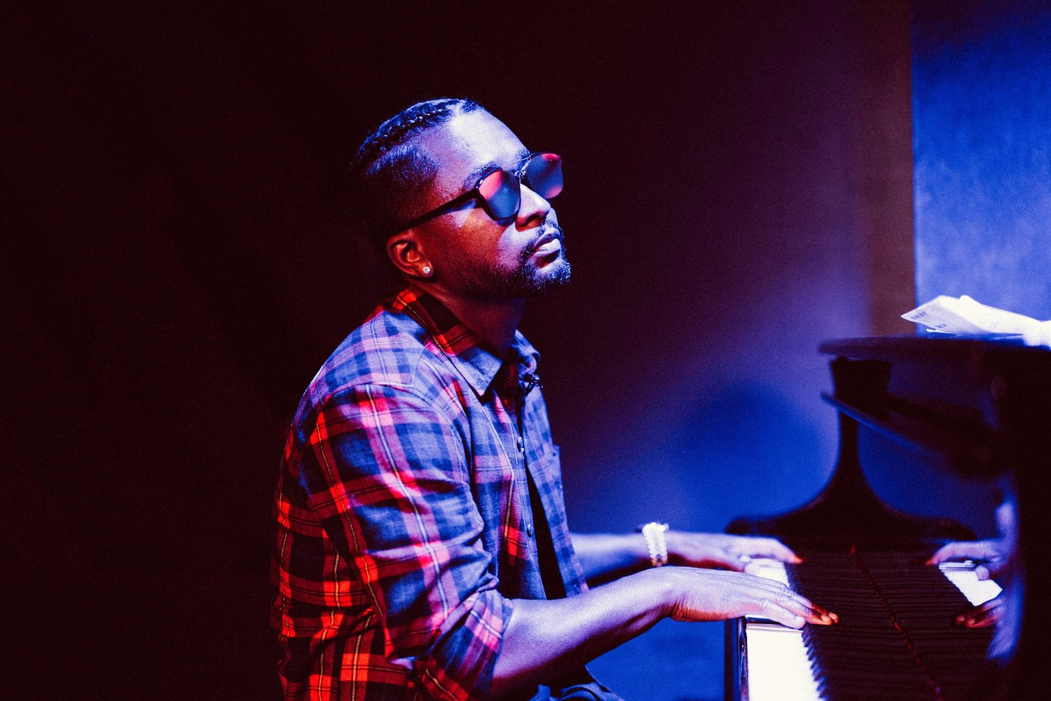 hip-hop-producer-zaytoven-performing-on-the-piano.jpg